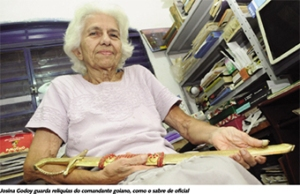 Josina Godoy, com a espada de oficial do marido Thales, finalmente resolveu contara suas histórias